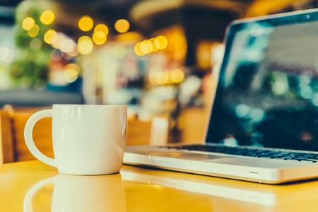 petit dejeuner: Bureau professionnel avec tasse de caf� - Vintage photos de style d'effet Banque d'images