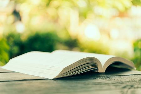 bible ouverte: Ouvrir le livre - traitement de l'image de style d'effet Vintage Banque d'images