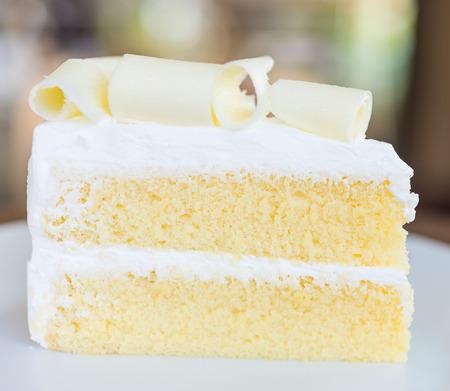 rebanada de pastel: Tarta de chocolate blanco en el plato blanco - cerca disparo selectivo Foto de archivo
