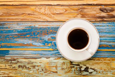 filiżanka kawy: Filiżanka kawy na drewnianym stole - efekt w stylu vintage