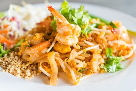 plato de comida: Pad Thai fideos en un plato blanco - comida tailandesa