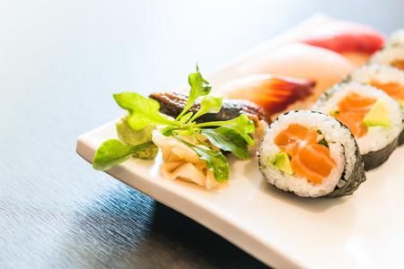 japanese food: Sushi rollo de arroz estilo de comida japonesa - punto de enfoque selectivo