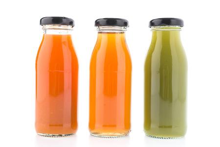 verre de jus d orange: Bouteille de jus isolé sur fond blanc