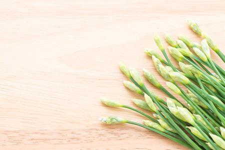 cebollin: Cebollino de ajo sobre fondo de madera