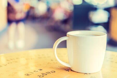filiżanka kawy: Filiżanka kawy w kawiarni - zdjęcia archiwalne efekt stylu