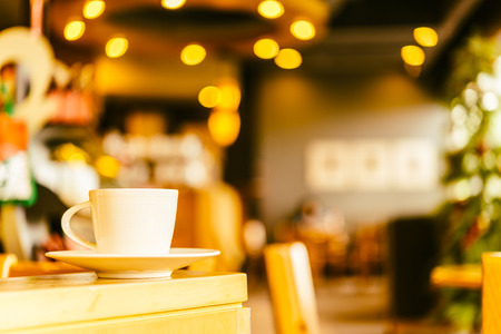 tazas de cafe: Taza de caf� en la cafeter�a del caf� Foto de archivo