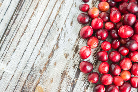 arandanos rojos: Cranberries on wooden background