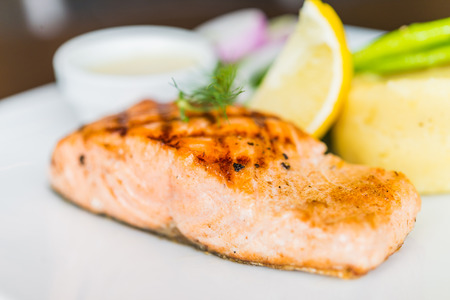plato de pescado: Filete de pescado Salm�n a la parrilla Foto de archivo