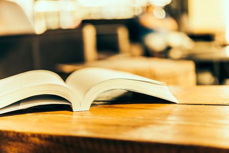 libros abiertos: Abra el libro - imágenes de estilo efecto de época Foto de archivo