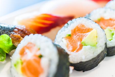 comida japonesa: Sushi rollo de arroz estilo de comida japonesa - punto de enfoque selectivo
