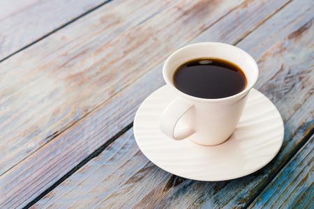 tazas de cafe: Taza de café en las mesas de madera - cuadros de estilo efecto de la vendimia Foto de archivo