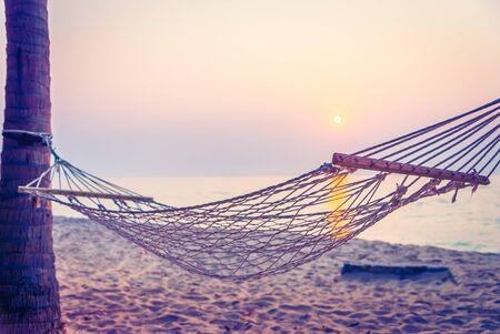 hamaca: Puesta de sol Hamaca en la playa - filtro de la vendimia Foto de archivo