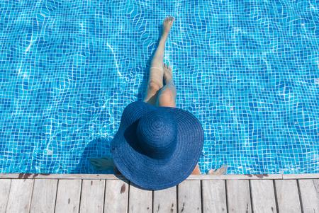 Frau Hut im Swimmingpool Lizenzfreie Bilder