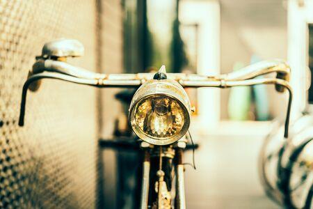 bicicleta: Bicicleta vieja antig�edad de la vendimia - im�genes de estilo efecto vintage, punto de enfoque selectivo