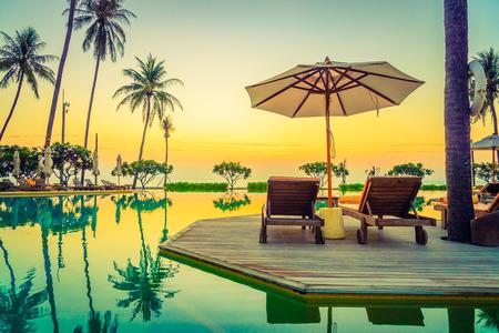 natacion: Tiempo crepuscular piscina Sunset tumbona paraguas - efecto de filtro de la vendimia