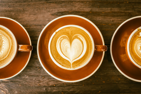 tazas de cafe: Desenfoque en la taza de caf� latte - im�genes de proceso efecto de la vendimia