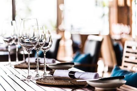 레스토랑에서 식사 테이블에 와인 유리에 Selectiv 소프트 포커스