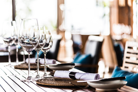 Selectiv soft focus on Wine glass on dining table in restaurant Archivio Fotografico
