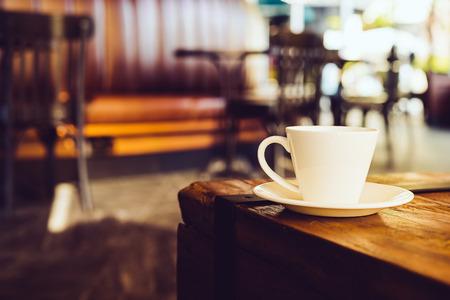 filizanka kawy: Filiżanka kawy w kawiarni - zdjęcia archiwalne efekt stylu