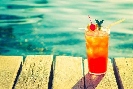 coctel de frutas: Frutas copa de c�ctel en la piscina - efecto de filtro de la vendimia