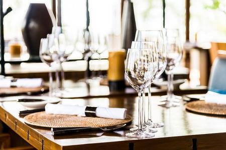alimentos y bebidas: Selectiv enfoque suave en el vaso de vino en la mesa de comedor en el restaurante