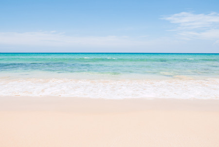 Tropical summer beach and sea wave on blue sky background 스톡 콘텐츠