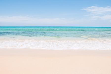 Tropical summer beach and sea wave on blue sky background Standard-Bild
