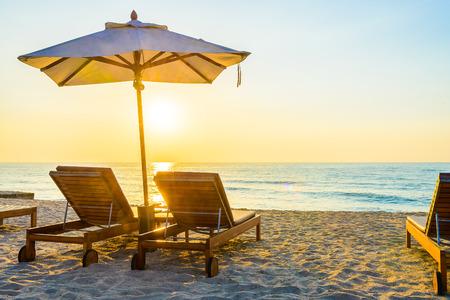 strandstoel: Strandbed met zon flare schemeringtijd