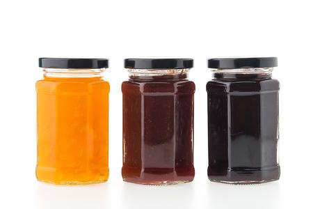 mermelada: Botellas tarro de mermelada aislados en el fondo blanco