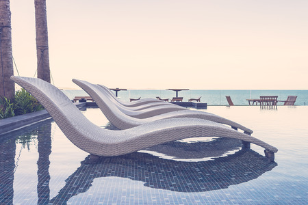 生活方式: 度假村游泳池配有椅子 - 復古濾鏡效果 版權商用圖片