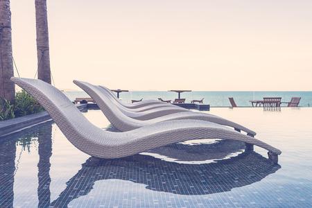 lifestyle: Piscina del centro turístico con las sillas - efecto de filtro de la vendimia Foto de archivo