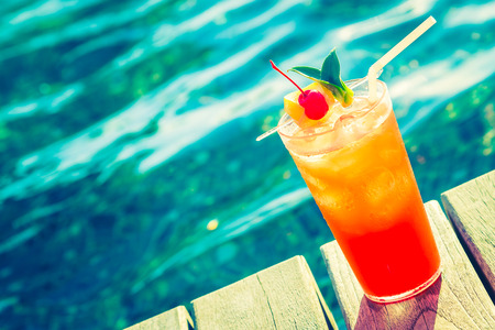 alimentos y bebidas: Frutas copa de cóctel en la piscina - efecto de filtro de la vendimia