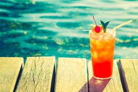 Fruit cocktail glas in het zwembad - uitstekende filter effect Stockfoto