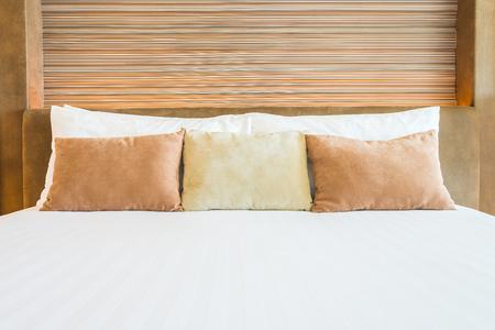 cama: Almohada Dormitorio con lámpara junto a la cama Foto de archivo