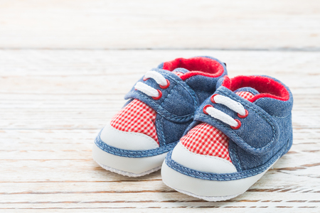 Zapatos de bebé en el fondo de madera