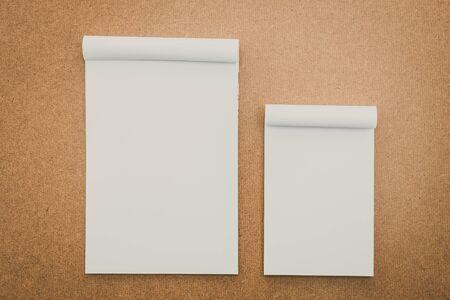papel filtro: Libro Blanco maqueta en madera de fondo - filtro de la vendimia