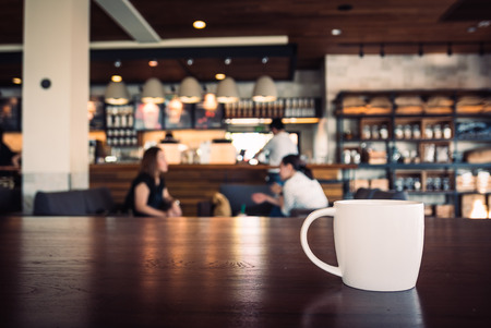 taza de café: Punto de enfoque selectivo en blanco taza de café en la tienda - efecto de filtro de la vendimia