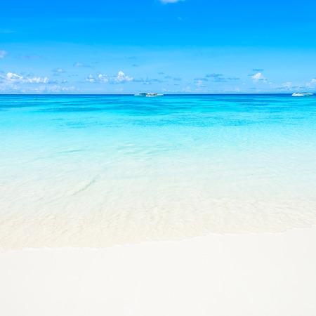 playas tropicales: Hermosa arena de la playa tropical y el mar con fondo de cielo azul Foto de archivo