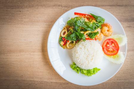 해산물 요리와 쌀 매운 튀김 바질 잎 - 소프트 포커스 포인트