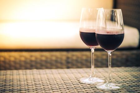 bebiendo vino: Copa de vino rojo para la cena - filtro de la vendimia