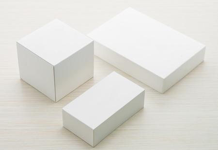 Weiße Kästen Mock-up auf Holzuntergrund