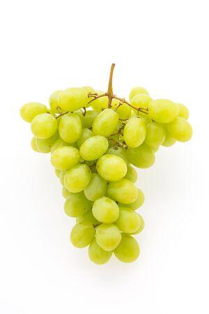 uvas: Fruta de uva verde aislado en el fondo blanco