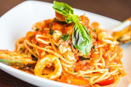 plato de comida: Mariscos espaguetis con salsa de tomate, comida italiana Foto de archivo
