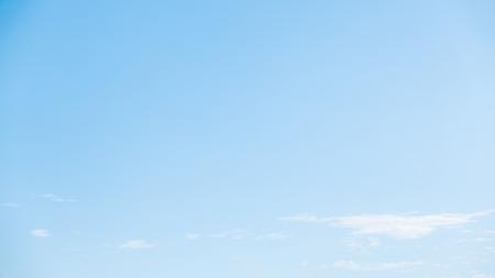 cielo azul: Nube blanca sobre fondo azul cielo