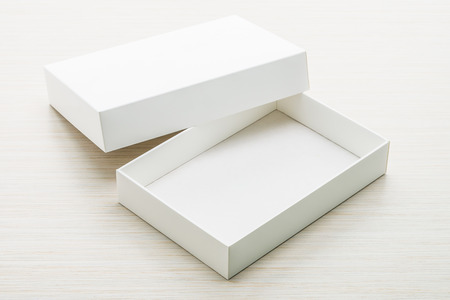 caja blanca: White box mock up on wooden