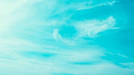 Vintage nuage sur le ciel bleu - filtre millésime