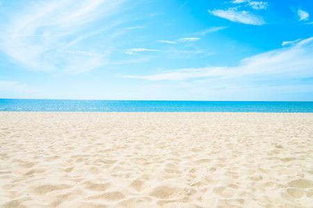 コピー スペースを持つ空の海とビーチの背景