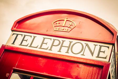 telefono antico: Cabina telefonica rossa stile london - filtro d'epoca