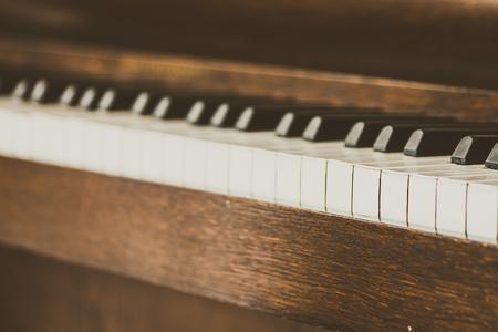 piano: Punto de enfoque selectivo en las teclas del piano Viejos vendimia - efecto de filtro de la vendimia