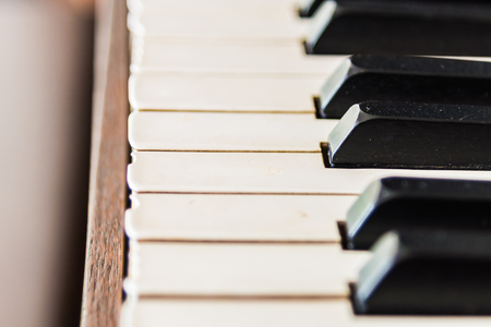 fortepian: Selektywne focus point na klawiszach fortepianu Vintage - Vintage efekt filtra